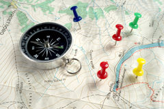 Kompas, kaart en punaise Royalty-vrije Stock Foto