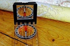 Kompas met gerolde kaart Stock Foto's