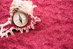 Kompas met shell op rood zand Royalty-vrije Stock Afbeeldingen