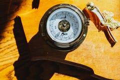 Kompas na żółtej powierzchni fotografia royalty free