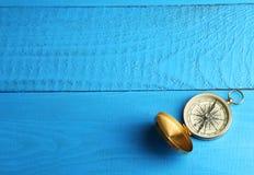 Kompas na błękitnym drewnianym tle Zdjęcia Stock