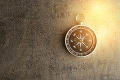 Kompas na ciemnym czerni textured chalkboard z sztuczny złotym obrazy stock