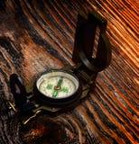 Kompas na drewnianej powierzchni Zdjęcia Stock