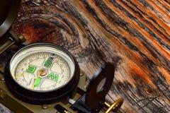 Kompas na drewnianej powierzchni Zdjęcia Royalty Free
