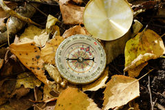 Kompas na jesieni ulistnieniu zdjęcie stock