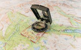 Kompas na mapie dla znajdować sposób w pustkowiu i życiu obrazy stock