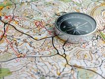 Kompas na orienteering mapie obrazy royalty free