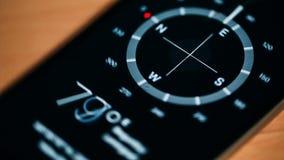 Kompas na telefonie krąży wokoło swój osi zbiory