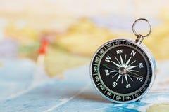 Kompas na turystycznej mapie Zdjęcie Stock