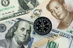 Kompas na USA Ameryka dolarze i chińczyka Juan banknoty używać jako taryfa, wojna handlowa przyszły kierunek między lub negocjacj zdjęcia stock