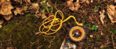 Kompas na ziemi w lesie zdjęcie stock