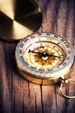 Kompas nad drewnianym tłem Obrazy Royalty Free