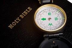 Kompas op Bijbel Stock Afbeelding