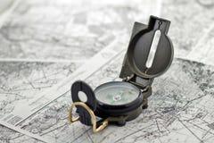 Kompas op de achtergrondkaarten Stock Afbeelding