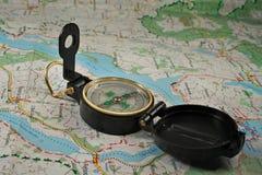 Kompas op de gedetailleerde kaart Royalty-vrije Stock Afbeeldingen