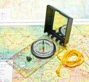 Kompas op de kaart Stock Afbeelding
