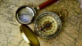 Kompas op de kaart stock videobeelden