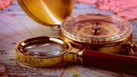 Kompas op de kaart stock footage