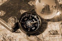 Kompas op de oude kaart Royalty-vrije Stock Foto's