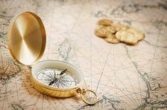 Kompas op de oude kaart Stock Foto's