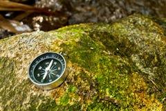 Kompas op de rots Stock Foto's