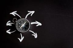 Kompas op donker concept als achtergrond - pijlen, richtings hoogste mening Royalty-vrije Stock Afbeelding
