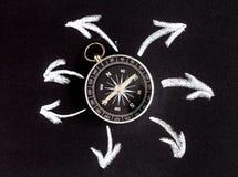 Kompas op donker concept als achtergrond - pijlen, richtings hoogste mening Stock Afbeeldingen