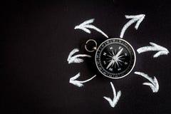 Kompas op donker concept als achtergrond - pijlen, richtings hoogste mening Stock Foto's