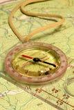 Kompas op een kaart stock afbeelding