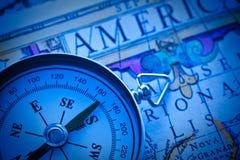 Kompas op een oude kaart Stock Fotografie