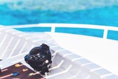 Kompas op een wit jacht die blauwe overzees overzien royalty-vrije stock foto's