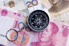 Kompas op geldachtergrond Royalty-vrije Stock Foto's