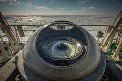 Kompas op het dek van Russische militaire icebreaker Expeditie in het Noordpoolgebied Royalty-vrije Stock Fotografie