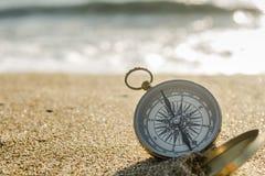 Kompas op het strand stock afbeeldingen