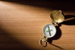 Kompas op Hout stock afbeelding