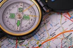 Kompas op kaart royalty-vrije stock afbeeldingen