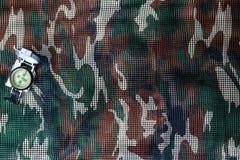 Kompas op militaire camouflage netto achtergrond Royalty-vrije Stock Foto