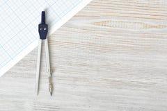 Kompas op millimeterpapier in hoogste mening met exemplaarruimte royalty-vrije stock foto's