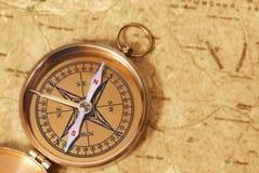 Kompas op oude kaart Stock Afbeeldingen