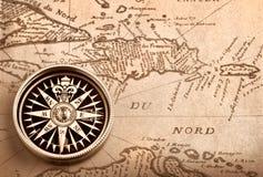 Kompas op oude kaart stock fotografie