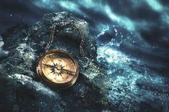 Kompas op rotsen met een donkere hemel Stock Afbeeldingen