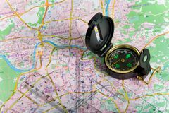 Kompas op stadskaart stock foto