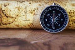 Kompas op uitstekende kaart Stock Foto's