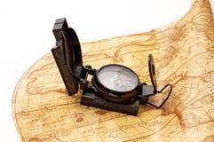 Kompas op wereldkaart royalty-vrije stock afbeelding