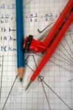 Kompas op wiskundeboek stock afbeelding