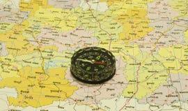 Kompas over Kaarten Royalty-vrije Stock Afbeeldingen