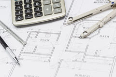 Kompas, Potlood, Heerser en Calculator die op Huisplannen rusten Stock Afbeelding