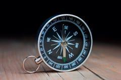 Kompas w drewnianym stole Fotografia Royalty Free