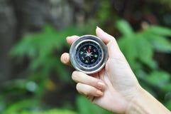Kompas w kobiety ręce obrazy royalty free