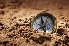 Kompas w piasku Zdjęcia Royalty Free
